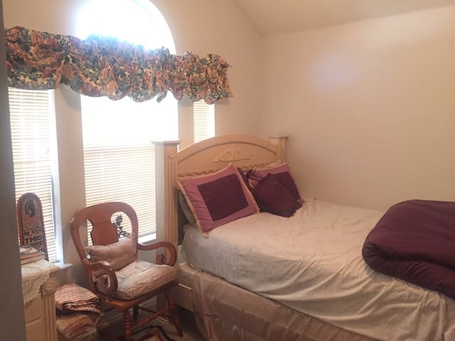 Cozy single room in Fort Worth family home - ฟอร์ต เวิร์ธ - บ้าน