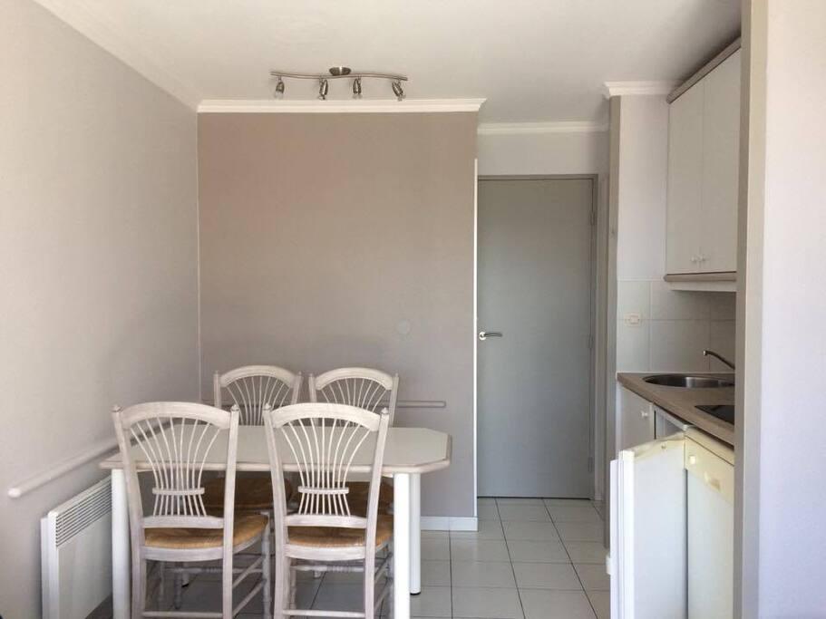 Espace cuisine (la porte fermé nous envoie à la salle de bain, au lit superposé et à l'entrée principale).