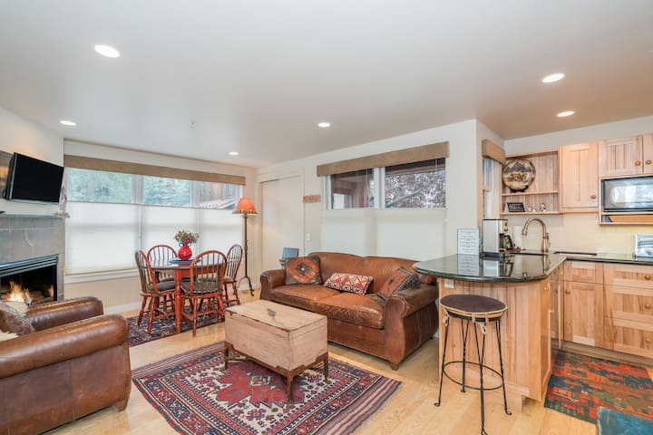 Cozy Condo 1 Block from Telluride Gondola-Private Hot Tub and Fireplace