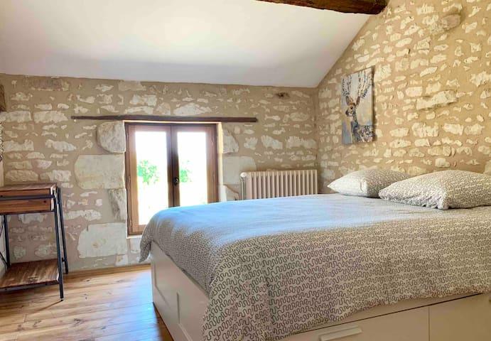 Chambre 1 suite : Grand lit et une coiffeuse avec miroir