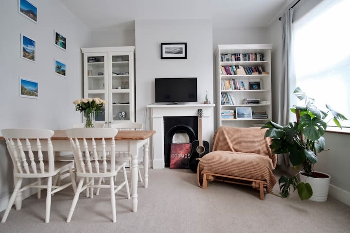 Light and airy flat with links to central London