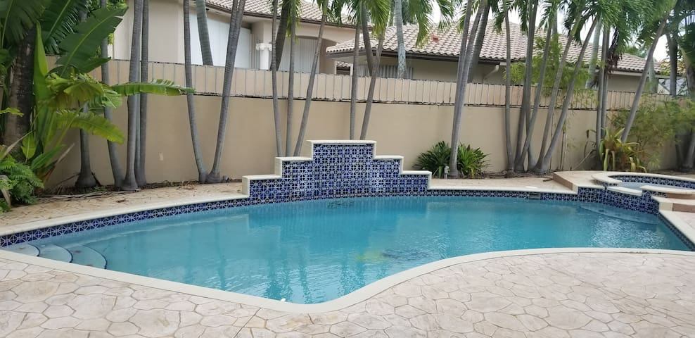 SPACIOUS ROOM NEAR FIU UNIVERSITY WITH POOL VIEW