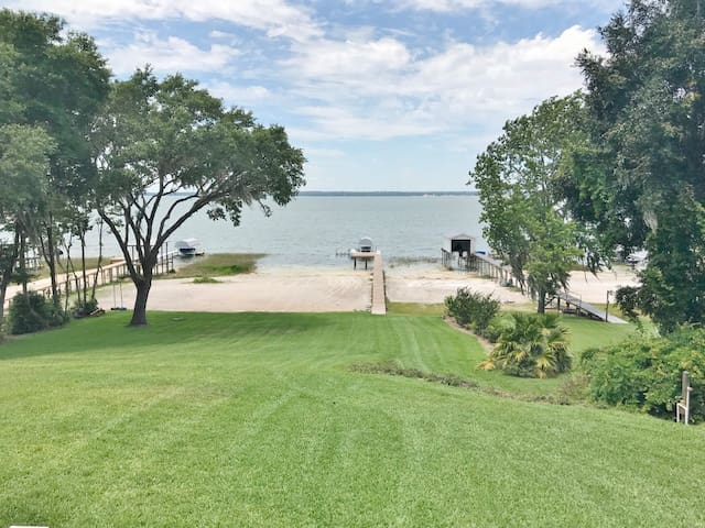 *Recently Renovated, 4BR/3BA on Lake Weir*