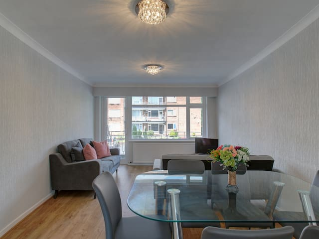 Two bed apt for 6 by beautiful Clowes Park, MCR!
