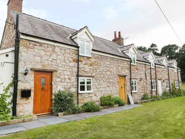 BRYN FARM COTTAGE, family friendly in Mold, Ref 977084