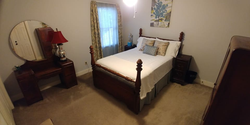 Quiet Lynndale Retreat - Private 2nd Floor Double
