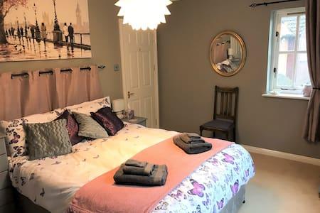 Cosy En-Suite Bedroom with Kingsize bed