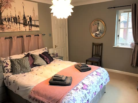 Cosy En-Suite Bedroom with Kingsize bed