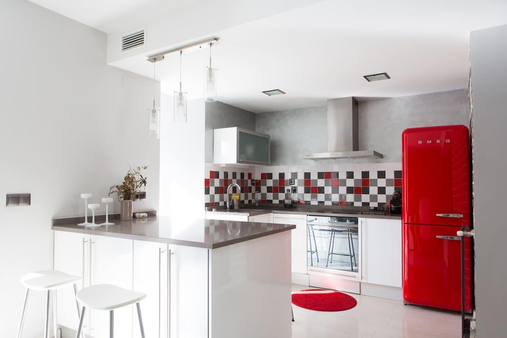 Cocina de diseño con electrodomésticos Smeg.