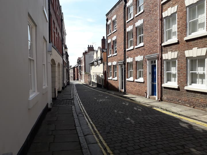 Historic Grooms Cottage, City Centre. Free Parking