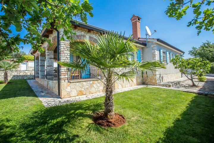 Rustic villa with private pool in quiet Kastelir, Beach and Porec 7 km