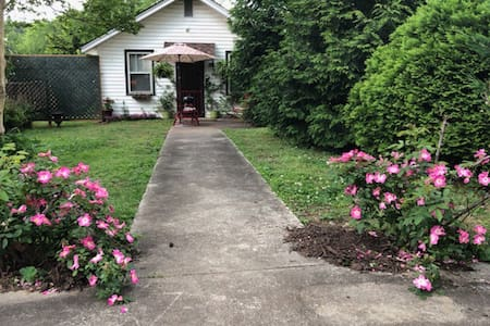 10 min. to TIEC:  Cozy downtown Columbus Cottage