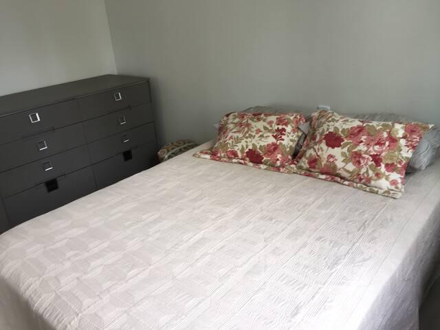 Quarto 2: uma cama de casal e split silencioso.
