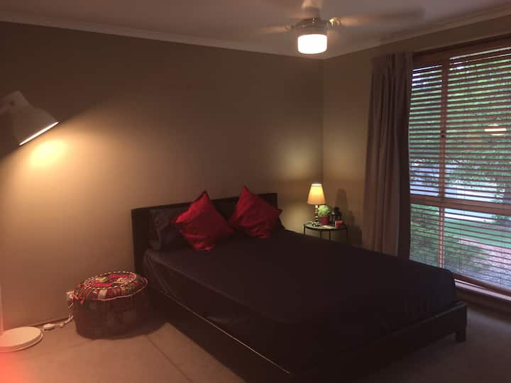 A cosy  private en-suite room in Tuggeranong.