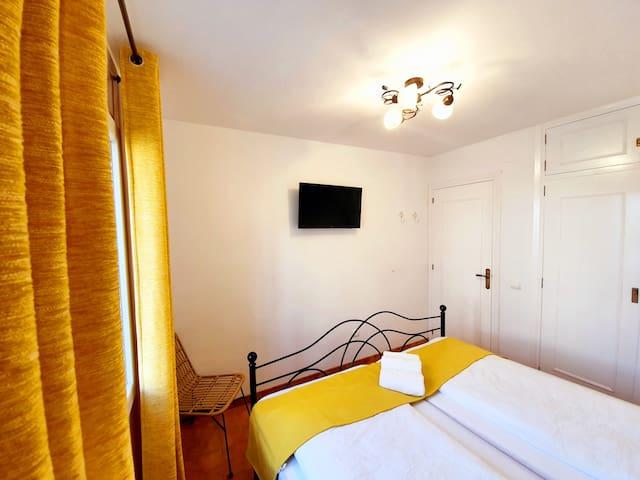 Schlafzimmer 1 mit Fernseher, Klimaanlage und gr. Einbauschrank