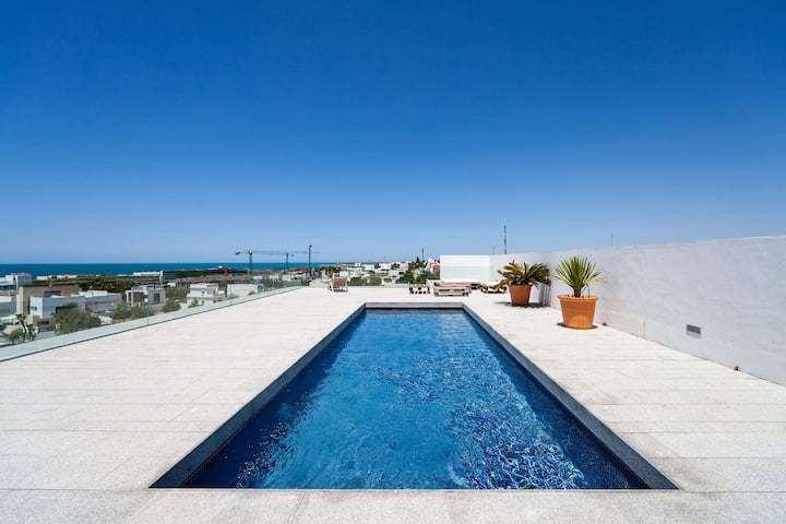 Central Apartment with Sea View, Roof Top Terrace with Pool, a Balcony and Wi-Fi