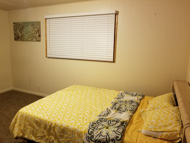 Room (Attached 0.5 Bath) near Airport Westland MI