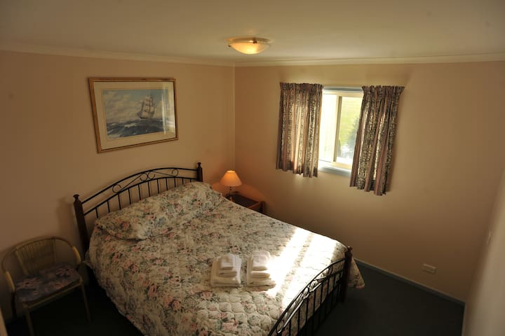Beautiful sunlit room with a view , EXCELLENT LINEN .      Long stay discounts apply .