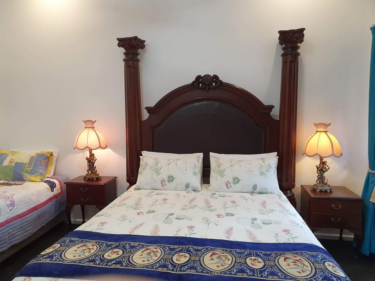 Superior Family Room: A four posts queen bed and a king single bed