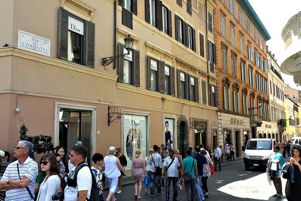 Passeggiata per le più famose vie dello shopping: Via del Corso, Via Condotti...