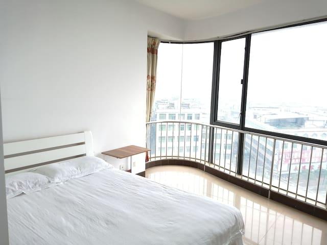 东南向中高层落地玻璃大窗主卧,双阳台,视野宽阔。拎包入住,安全卫生。