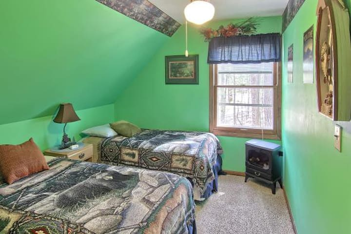 The second bedroom has 2 twin size beds. All linens, towels, soaps and shampoo are provided. Extra pillows and blankets are also available upon request.