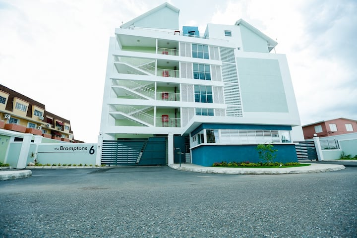 Upscale 2 BR Penthouse Apt The Bromptons Kingston