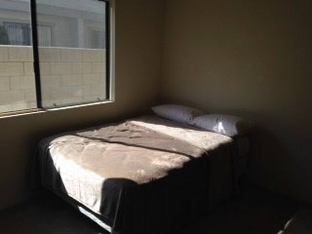 Clean bedroom w/Private bath. - Monrovia - Apartment