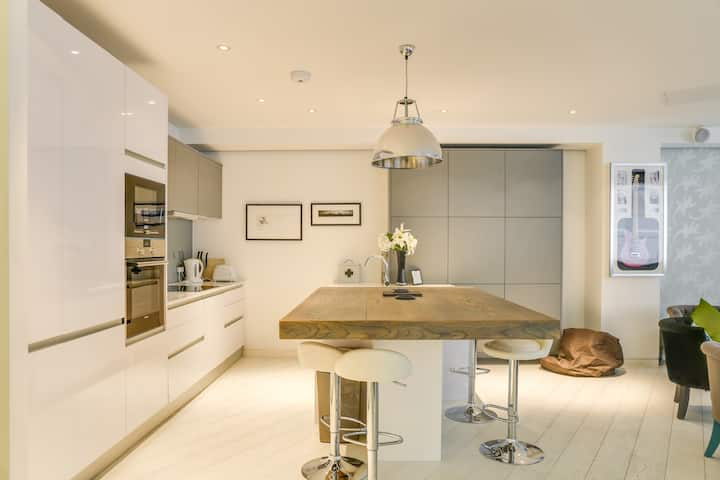 Luxury 2-Bed, 2-Bath Loft-Style Flat in Covent Gdn