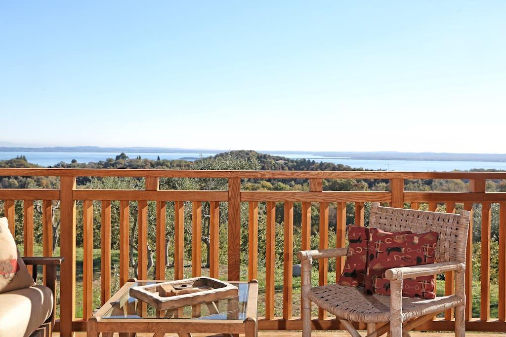 Dalla terrazza la splendida vista sul lago di Garda