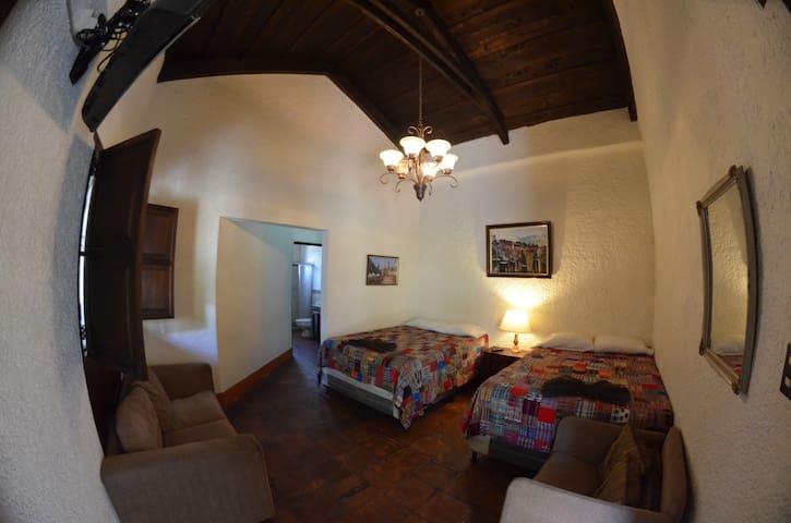 Vista desde la puerta de entrada a la habitacion. View from the door of the room.