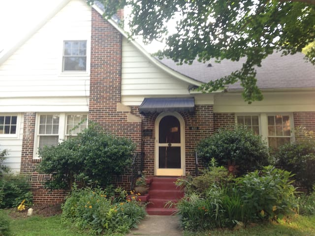 Cozy and spacious; close to Marta and CP business