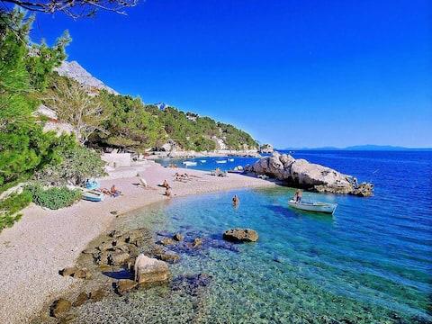 Flukt fra strandkanten 1 min til krystallblått Adriaterhavet