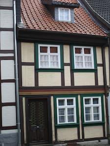 Kleines Fachwerkhaus am Fuße des Schlosses - Wernigerode - Ev