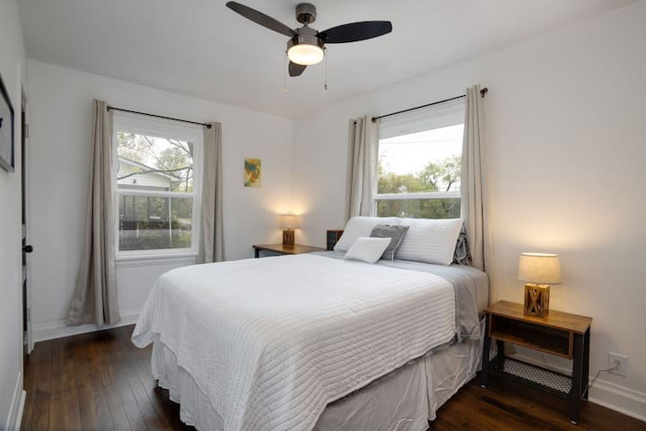 Light and Airy Private Room (10 Min From Downtown)