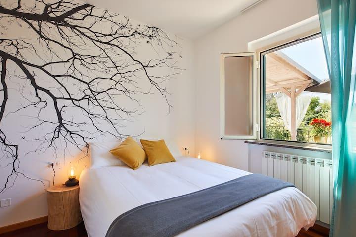 La caratteristica di questa  camera matrimoniale!  La spettacolare vista sulle dolci colline e il  letto con con topper in memory che vi farà dormire divinamente.