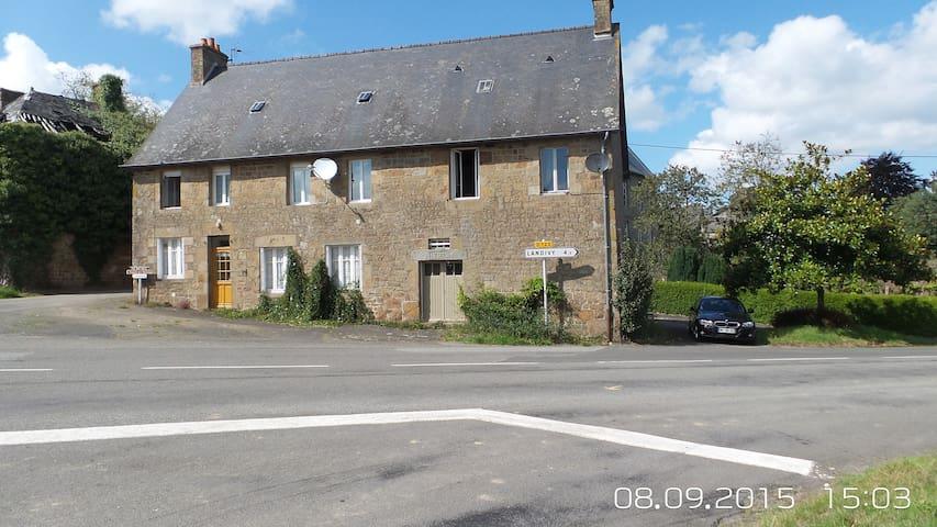 Le Gite Pont Dom Guerin - La Bazouge-du-Désert - 一軒家