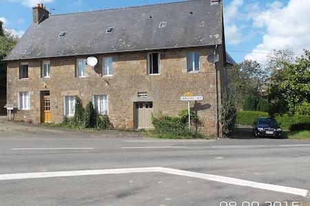 Le Gite Pont Dom Guerin - La Bazouge-du-Désert - Hus