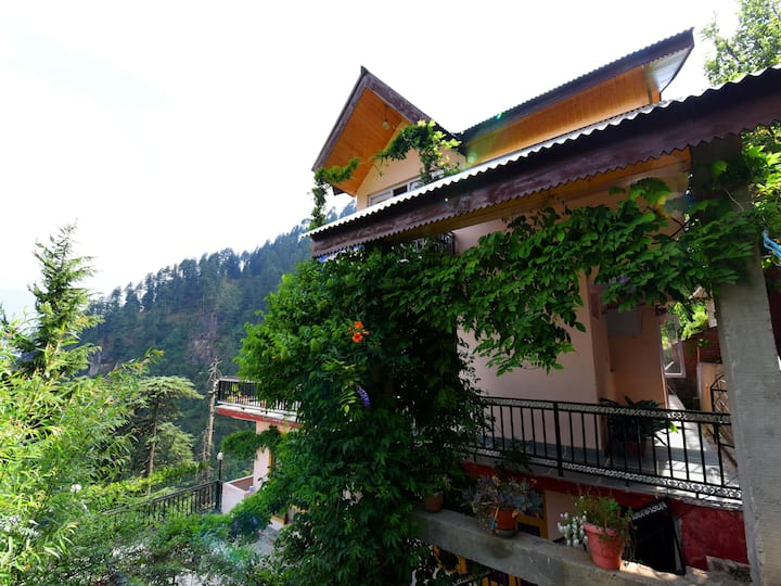 OYO - Discount Alert! Hill-View 1BR Home in Manali