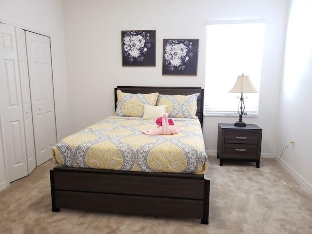Bedroom 13 (Queen)