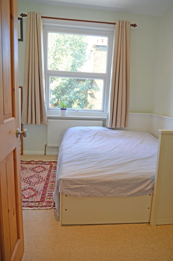 Private bathroom, near Tube, 20 mins from West End