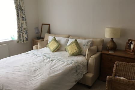 Double room in house close to country and town - Sheffield - Haus