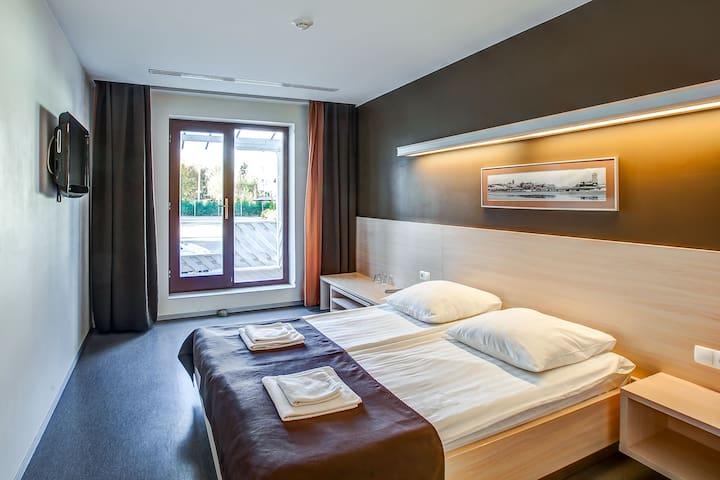 """Двухместный номер """"Комфорт"""" с 1 кроватью и балконом"""