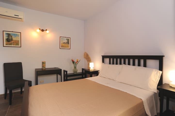 Il Cortile - comoda camera matrimoniale - Chiaramonte Gulfi - Penzion (B&B)
