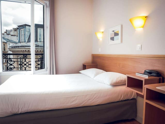 MONTMARTRE-double room shared bathroom
