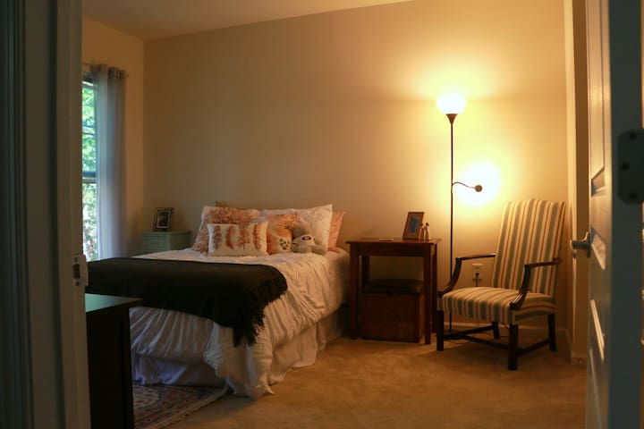 Private room .2 miles away from Grosvenor Metro - Washington - Appartement