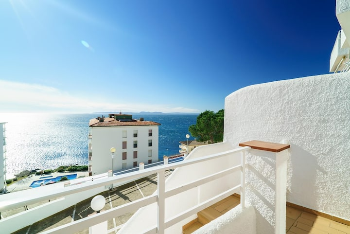 Apartment near the lighthouse of Roses, beautiful sea views and swimming pool.
