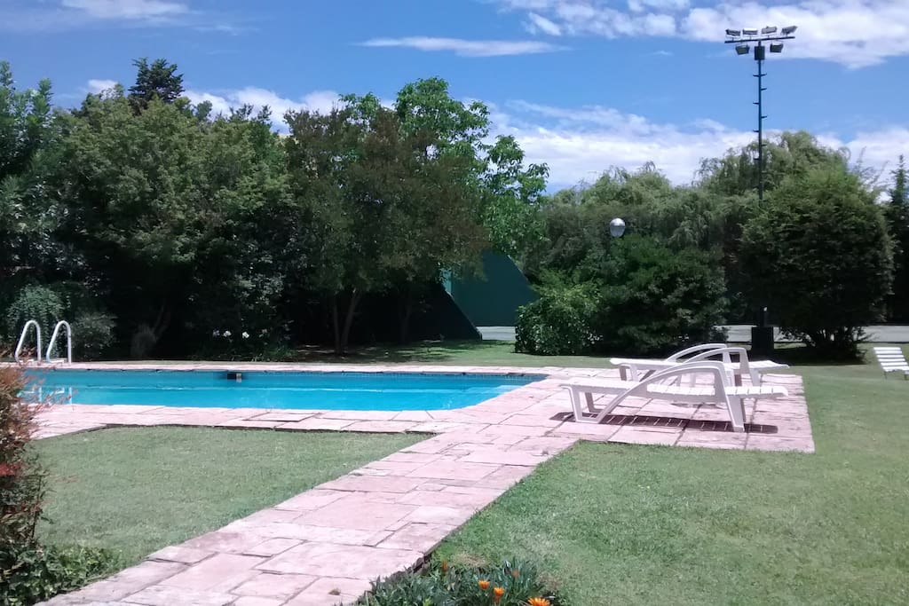 parque de 2000 m2 cancha de tenis y piscina