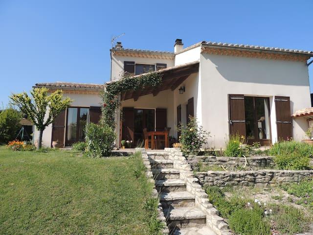Spacieuse maison avec piscine et grand jardin - Le Pègue - Casa