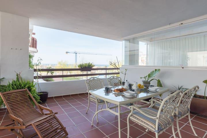 Moderno apartamento  junto al mar y campo de golf